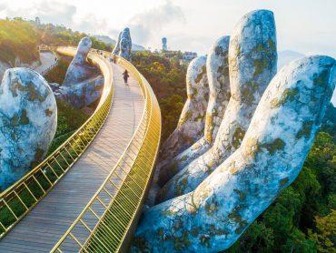 Du khách dạo bước trên Cầu Vàng trong Tour Đà Nẵng CiTy