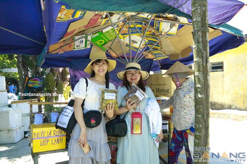 Trong tour Cù Lao Chàm du khách thường mua nước lá rừng