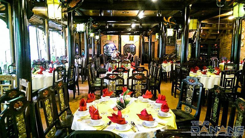 Ăn trưa tại nhà hàng 4 Sao sang trọng trong tour Đà Nẵng Huế