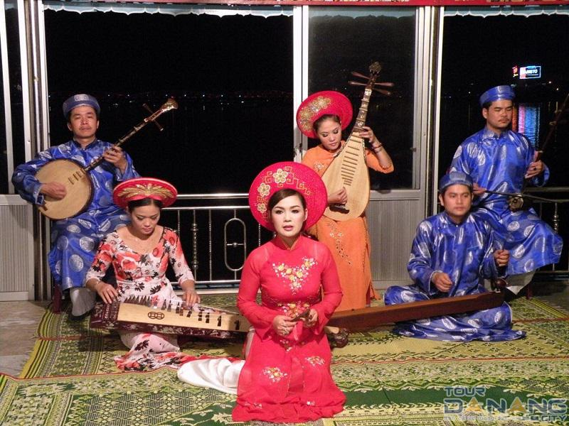 Ăn tối cung đình nghe ca Huế trên sông Hương