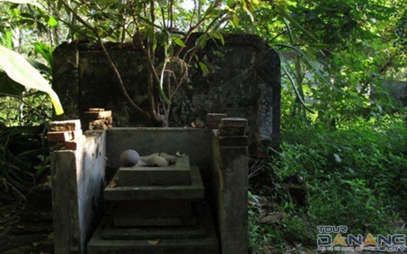 Bình phong và Yoni ở miếu Quảng Tế - Dấu tích của người chăm còn sót lại
